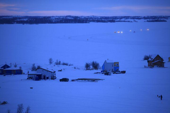 L'heure de pointe du soir sur le lac glacé Great Slave.