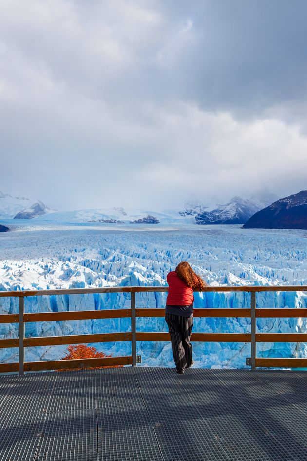 Una mujer contempla el glaciar Perito Moreno, en Argentina, que está derritiéndose a causa...