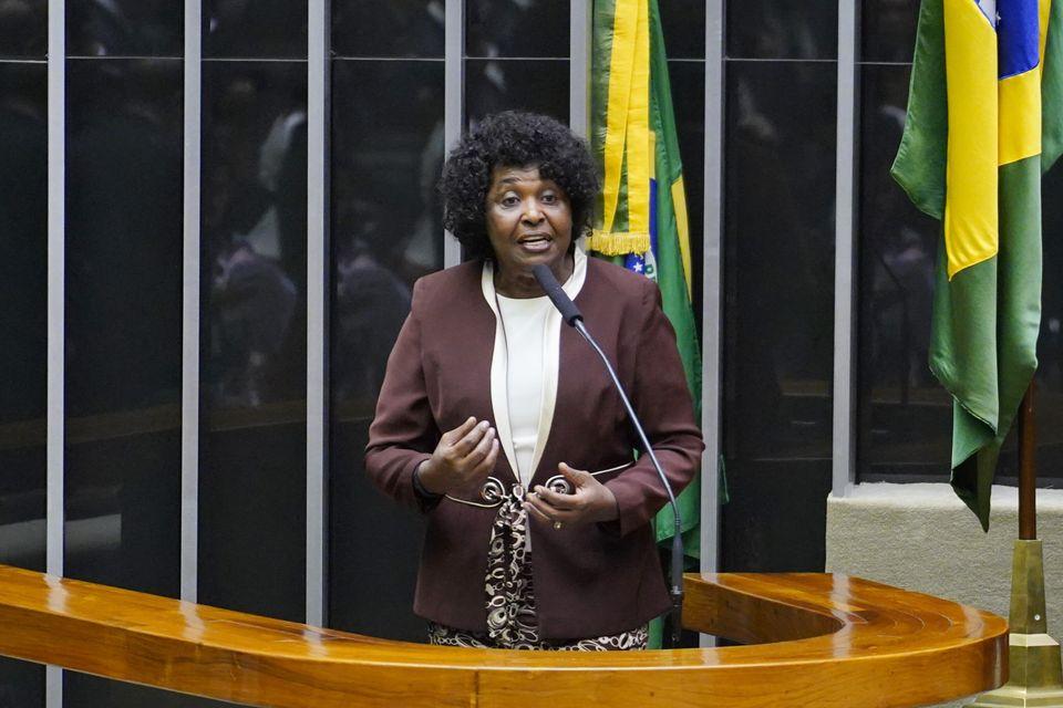 Deputada Benedita da Silva (PT-RJ) discursa no plenário da Câmara no início deste...