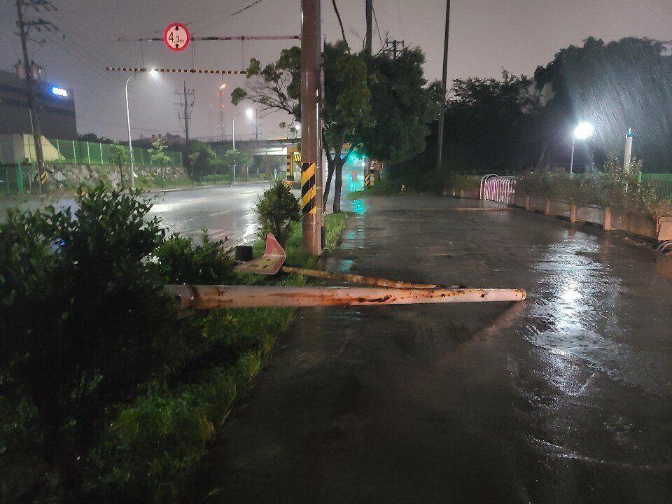26일 오후 8호 태풍 '바비'가 몰고 온 강풍에 전남 여수시 흥국사 입구의 신호등이 도로로 쓰러져