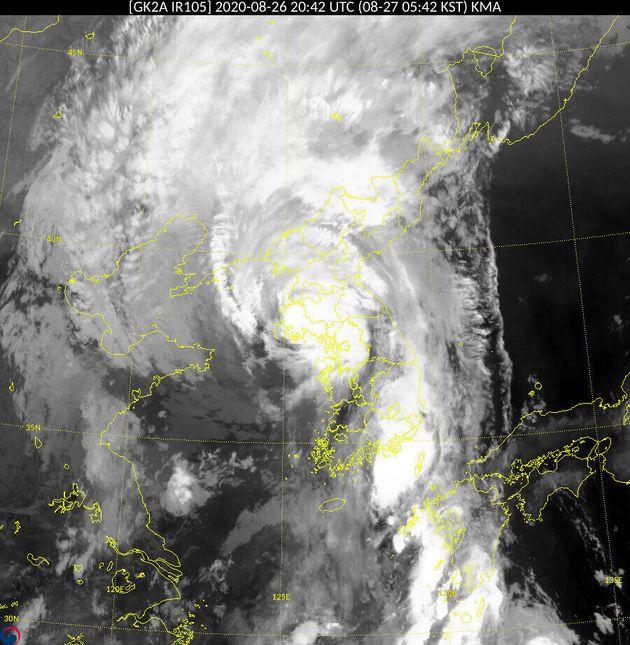 제8호 태풍 바비는 27일 오전 5시45분께 북한 황해도 옹진반도로 상륙했다. 천리안기상위성 2A호가 오전 5시 40분께 촬영한