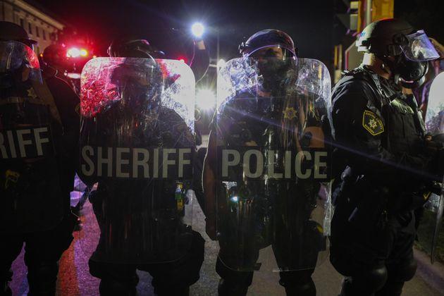 시위가 격화되면서 위스콘신 주지사는 비상사태를 선포했고, 주방위군 병력을 추가로 투입했다.커노샤, 위스콘신주. 2020년