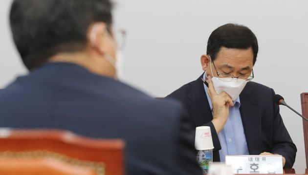 (자료사진) 주호영 미래통합당 원내대표가 서울 여의도 국회에서 열린 비상대책위원장·중진의원 회의에서 자료를 살펴보고 있다.