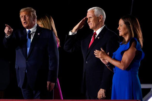 도널드 트럼프 대통령과 퍼스트레이디 멜라니아 트럼프, 마이크 펜스 부통령과 세컨드레이디 카렌 펜스가 무대 위에서 청중들의 환호에 답하고 있다. 볼티모어, 메릴랜드주. 2020년