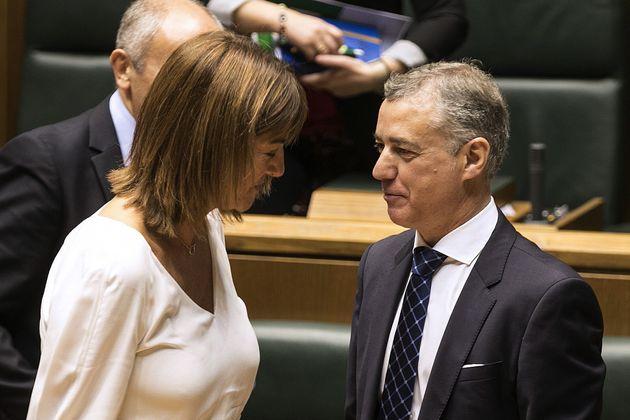 El lehendakari, Iñigo Urkullu, conversa con la portavoz del PSE-EE, Idoia Mendía, en un pleno parlamentario,...