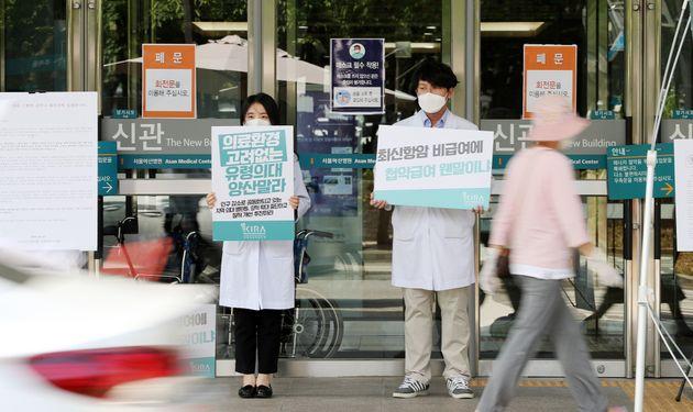 (자료사진) 대한의사협회 2차 총파업을 하루 앞둔 25일 오후 서울 송파구 서울아산병원 입구에서 전공의들이 의과대학 정원확대 등 정부의 의료정책을 반대하는 손팻말을 들고 있다.