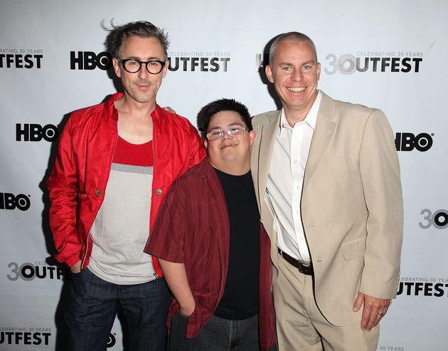 左から、ルディ役のアラン・カミングさん、マルコ役のアイザック・レイヴァさん、トラヴィス・ファイン監督。(2012年撮影)