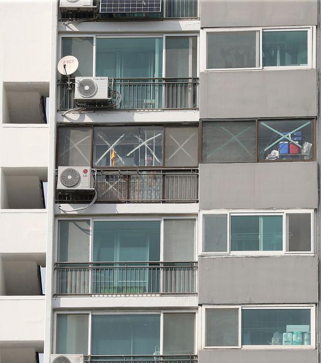 (자료사진) 제8호 태풍 바비가 한반도를 향해 북상 중인 26일 오후 서울의 한 아파트 주민들이 유리창에 테이프를 붙여 태풍에 대비하고 있다.