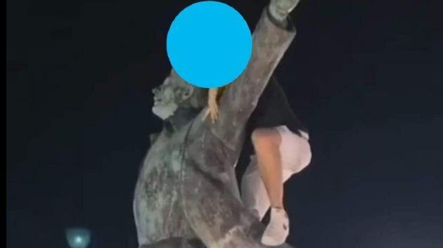 La foto del giovane salito sulla statua dedicata a Domenico