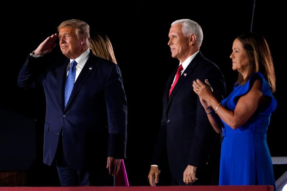 도널드 트럼프 대통령이 연단에 올라 지지자들에게 인사를 하고 있다.볼티모어, 메릴랜드주. 2020년