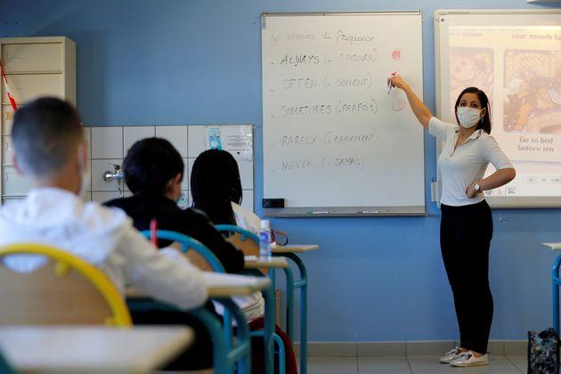 Une enseignante fait cours avec un masque aux élèves du collège Rosa Parks à...