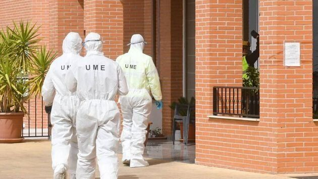 Militares de la UME desinfectan residencias durante lo peor de la