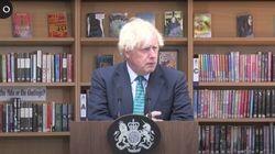 Cachondeo con los libros que aparecen detrás de Boris Johnson en este acto