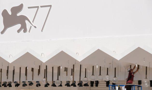 Preparativos para a77ª edição do Festival de Cinema de Veneza, que ocorre entre...