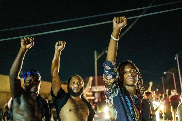 Cerca de 200 manifestantes marcharam em reação aos sete tiros disparados contra Jacob Blake,...