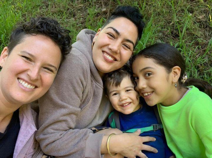 L'auteure (à gauche) et sa famille.