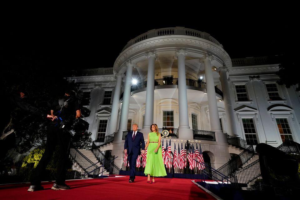 도널드 트럼프 대통령이 멜라니아 트럼프와 함께 입장하고 있다. 백악관에서 특정 정당의 전당대회 행사가 열린 건 극히 이례적인 일이다. 위법행위라는 비판도 제기된다. 2020년