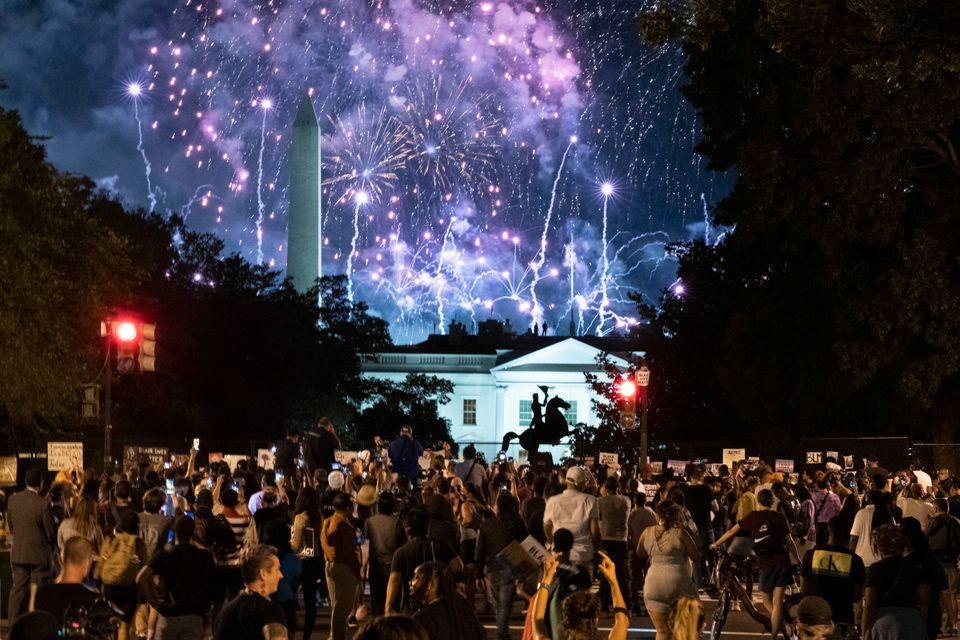 도널드 트럼프 대통령의 연설이 끝난 뒤, 화려한 불꽃놀이가 진행됐다. 사진은 백악관 인근에서 시위를 벌이고 있는 시민들이 야유를 보내고 있는 모습. 2020년