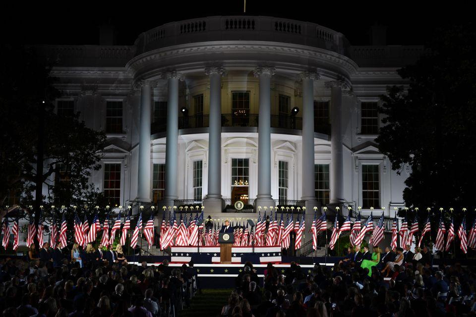 도널드 트럼프 대통령이 수락연설을 한 이날 행사에는 1500여명의 청중들이 참석했다. 정부의 사회적 거리두기 지침은 지켜지지 않았고, 마스크를 착용한 사람은 매우 드물었다. 2020년