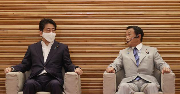 閣議に臨む安倍晋三首相と麻生太郎副総理兼財務相