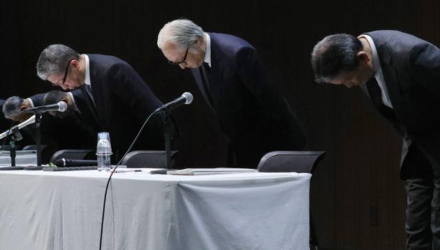 記者会見で頭を下げる日本郵政の長門正貢社長(中央)。右はかんぽ生命保険の植平光彦社長、左は日本郵便の横山邦男社長
