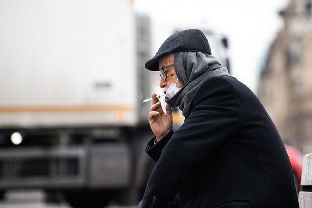 Si la mesure est appliquée à la lettre, il est normalement interdit de fumer à Paris...