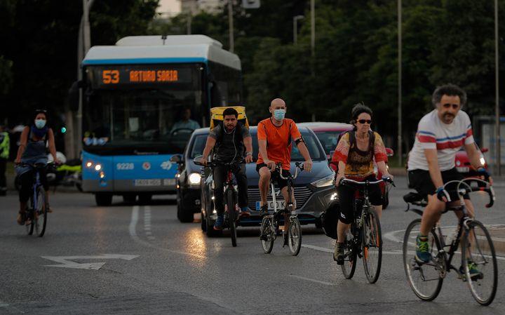 Grupo de gente andando en bicicleta en Madrid.