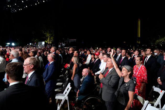 도널드 트럼프 대통령의 대선후보 수락연설을 지켜보기 위해 백악관 사우스론에 운집한 청중들. 대다수는 마스크를 착용하지 않았고, 사회적 거리두기는 전혀 지켜지지 않았다.2020년