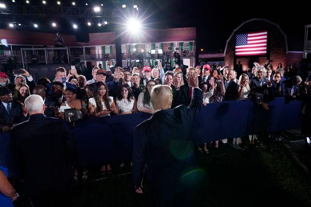 마이크 펜스 부통령의 연설이 끝난 뒤, 도널드 트럼프 대통령과 펜스 부통령이 청중들과 인사를 나누고 있다. 볼티모어, 메릴랜드주. 2020년