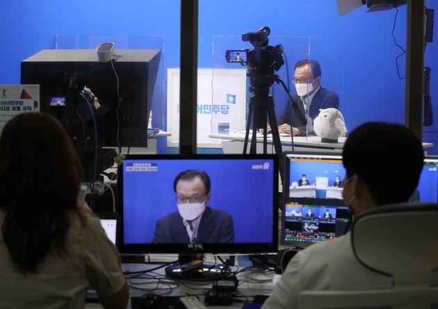 이해찬 더불어민주당 대표가 28일 오후 서울 여의도 더불어민주당사에서 온라인 퇴임 기자간담회를 하고