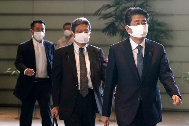 아베 신조 총리가 28일 기자회견장에 들어서고