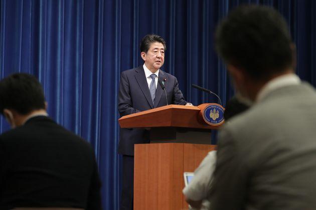 記者の質問に答える安倍晋三首相=28日午後、首相官邸