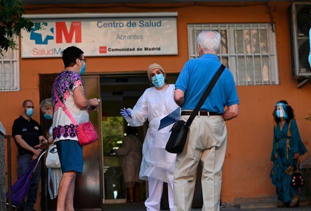 Varias personas esperan su turno para las pruebas aleatorias de PCR en el Centro de Salud Abrantes de