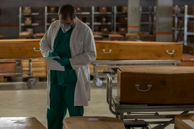 Un trabajador revisa los ataúdes en Barcelona durante la crisis del