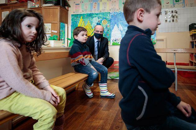 Le ministre de l'éducation Jean-Michel Blanquer, masqué, visite une école primaire...