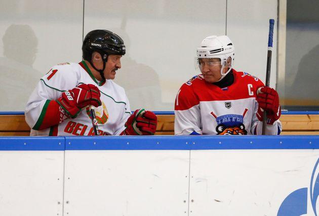 Alexander Lukashenko y Vladimir Putin, el pasado febrero enSochi, antes de jugar un partido de...