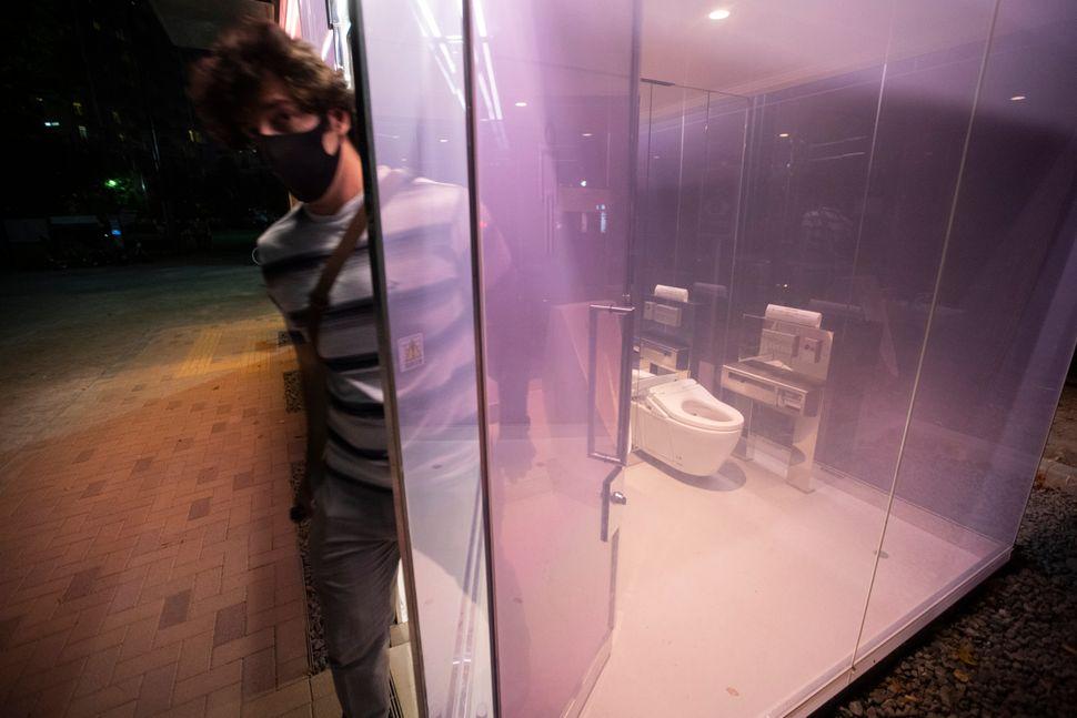 Οι λεγόμενες «διαφανείς τουαλέτες», που έγιναν θέμα συζήτησης σε ολόκληρο τον κόσμο μέσα από ΜΜΕ και social media, άνοιξαν τελικά και έχουν ενθουσιάσει τους περίοικους.(AP Photo/Hiro Komae)
