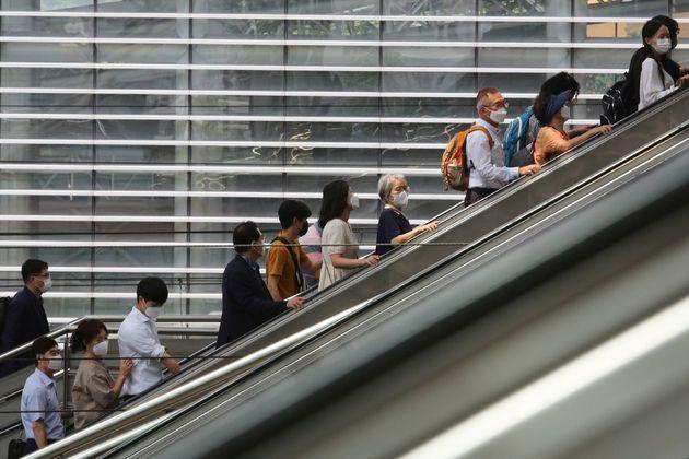국내 코로나19 확산세가 계속되고 있다. 사진은 서울 지하철 서울역에서 마스크를 착용한 시민들이 이동하고 있는 모습. 2020년