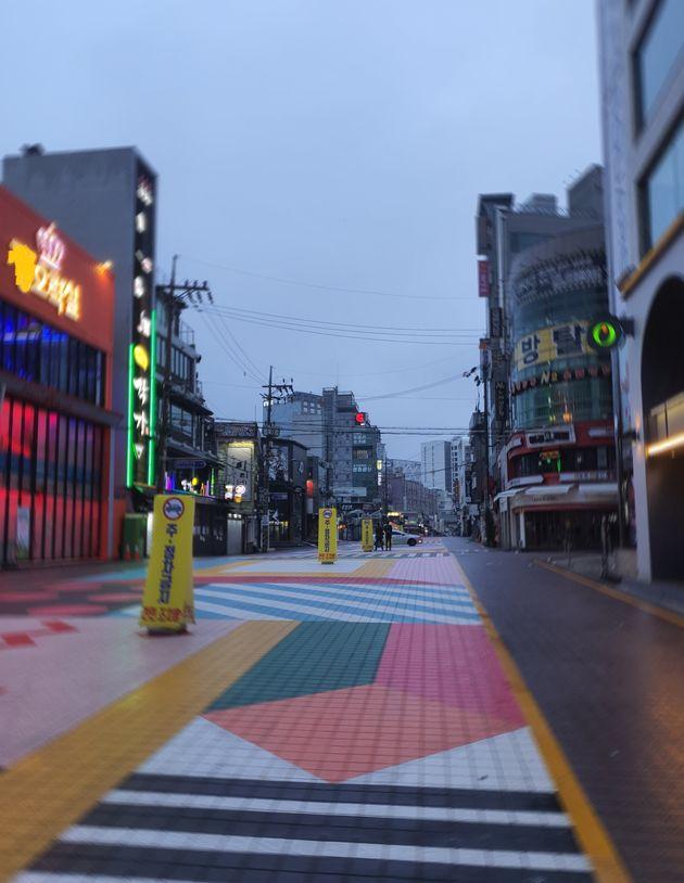 사회적 거리두기 2.5단계 시행 첫날인 30일 새벽 서울의 대표 번화가 중 한 곳인 마포구 홍대거리, 사람이 없어