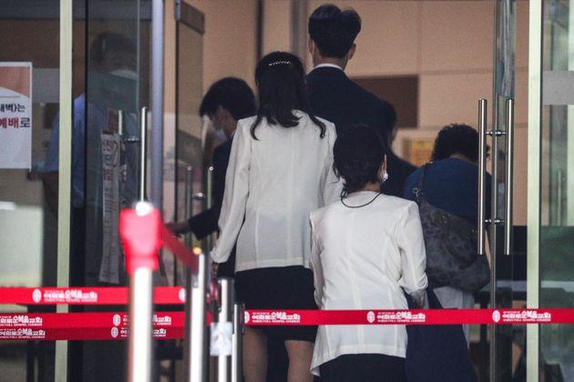 30일 오전 수도권 지역 사회적 거리두기 2.5단계 시행으로 온라인 예배가 열리고 있는 서울 여의도순복음교회에서 관계자들이 교회로 향하고