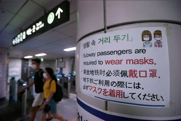 수도권의 코로나19 확산세가 계속되는 가운데 비수도권에서도 확진자가 꾸준히 늘어나고 있다. 사진은 서울의 한 지하철역에 게시된 사회적 거리두기 안내문. 2020년