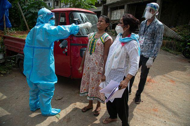 인도 보건당국 관계자가 코로나19 방문검사를 실시하고 있다. 인도의 누적 코로나19 확진자는 미국, 브라질에 이어 세계에서 세 번째로 많다. 가우하티, 인도. 2020년
