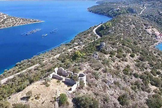 Το Οχυρό Τακτικούπολη, έχει κτισθεί από τον Φαβιέρο το 1826 στον λόφο του στενού των Μεθάνων, στη στενή λωρίδα γης που συνδέει τα Μέθανα με την Πελοπόννησο. Το Οχυρό κτίσθηκε στα ερείπια αρχαίας οχύρωσης του 5ου αιώνα π.Χ. του Αθηναίου στρατηγού Νικία.