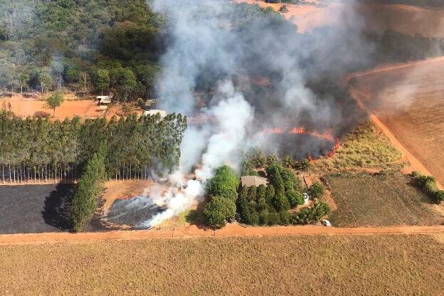 Bombeiros estão lutando simultaneamente contra incêndios na floresta amazônica e no...