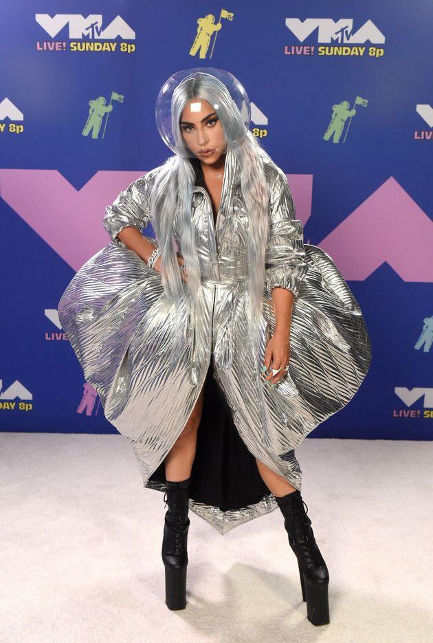코로나19 시대: MTV VMA 시상식에 레이디 가가가 마스크 패션의 끝을 보여주다