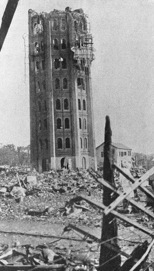 地震で崩れた東京・浅草の「凌雲閣」。12階建てで、展望台があったとされる。