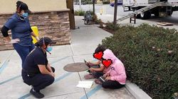 초등생들이 프랜차이즈 음식점 옆 길바닥에서 공부하는 까닭