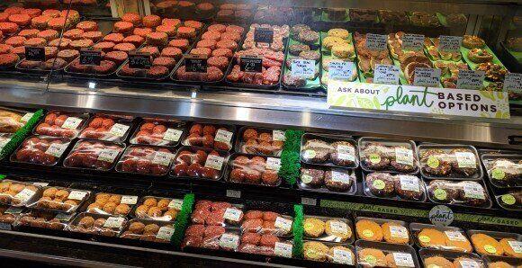 미국 식료품 점에 전시 된 동식물 육류 제품 (오른쪽).