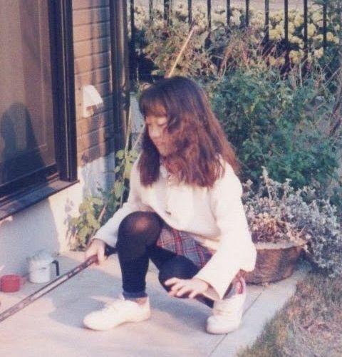 小学生時代の私。髪は薄い茶色で、遠くから見てもわかるほどウェーブがかかっていた