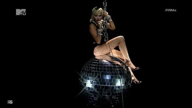Miley Cyrus rejoue le clip de